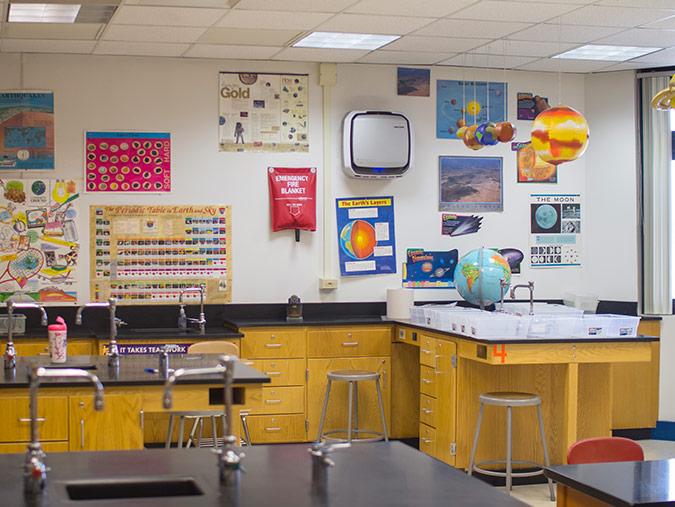 AeraMax Professional w sali lekcyjnej w szkole