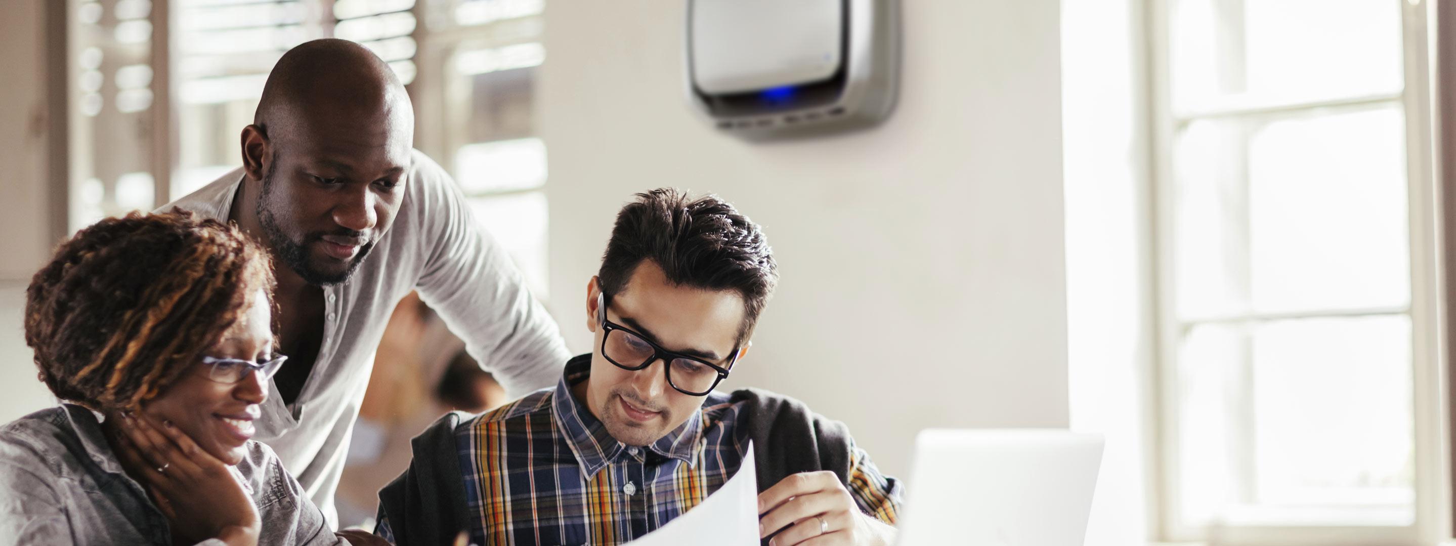 Purifica l'aria in ufficio con il purificatore d'aria professionale AeraMax Professional.