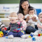 Opiekunka z dziećmi w przedszkolu